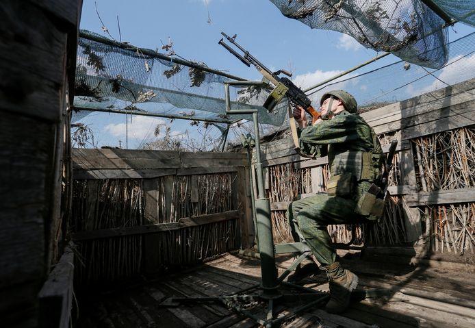 Een militielid van de zelfverklaarde Volksrepubliek Donetsk in de buurt van de demarcatielijn met het Oekraïnse leger.