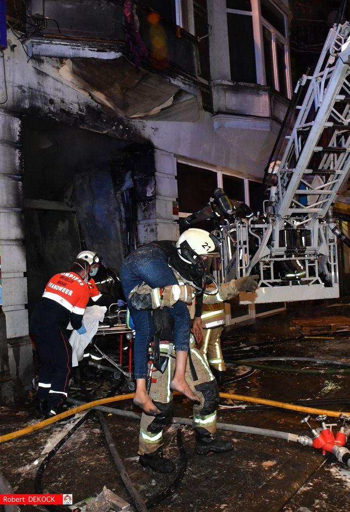 Drie brandweerlui raakten bevangen door de rook, een vierde liep brandwonden op in de nek en aan de bovenrug.