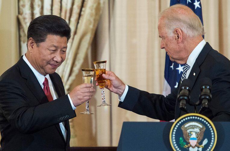 De Chinese president Xi Jin Ping en toen nog vicepresident Joe Biden proosten tijdens een staatsbezoek in 2015. Beeld AFP