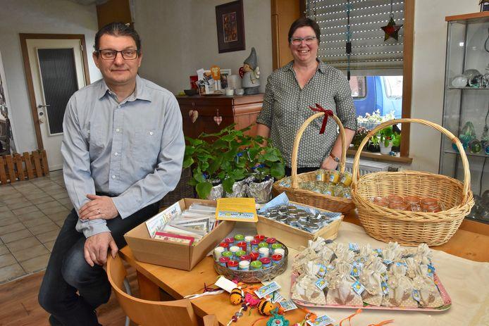 Jimmy en Nele verkopen ook sleutelhangers, honing, advocaat, fruit en zakjes met bloemzaadjes om het project te helpen financieren.