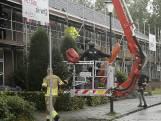 Verwarde vrouw gooit dakpannen naar brandweer in Breda