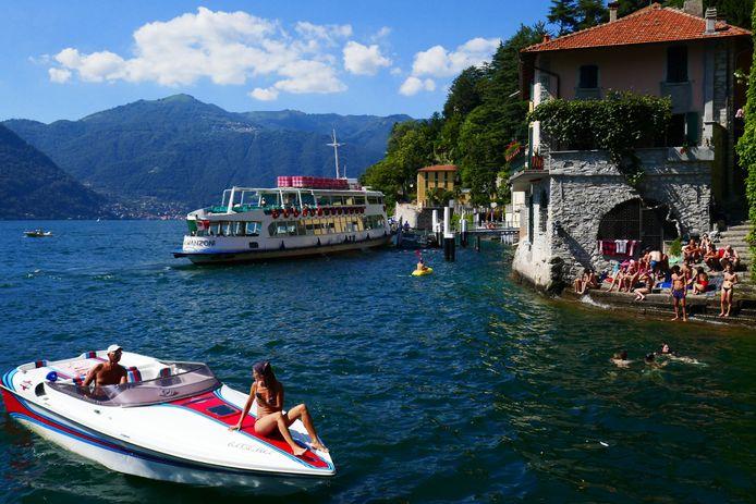 Beeld ter illustratie. Bootjes met toeristen op het Comomeer in Italië. Buurtbewoners klagen dat toeristen vaak roekeloos zijn op het water.