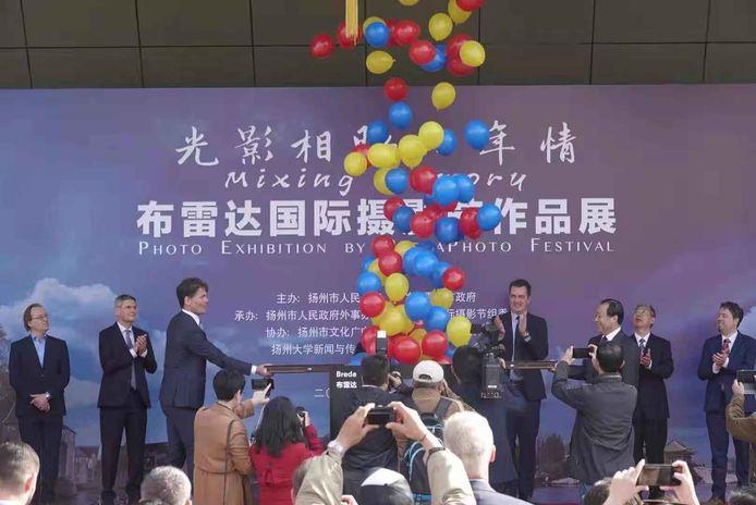Burgemeester Paul Depla van Breda (links midden bij de opening van de BredaPhoto-tentoonstelling in de Chinese zusterstad Yangzhou, voor de uitbraak van het coronavirus.