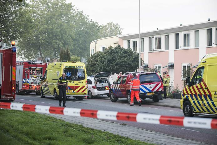 Hulpverleners bij de woning waar een man door koolmonoxidevergiftiging om het leven is gekomen.