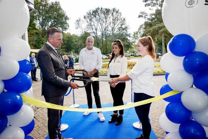 The Stayy in Geldrop wordt geopend door (van links naar rechts) burgemeester Jos van Bree, Robert Cissen, Sharon van Casteren en Annabelle van der Meeren.