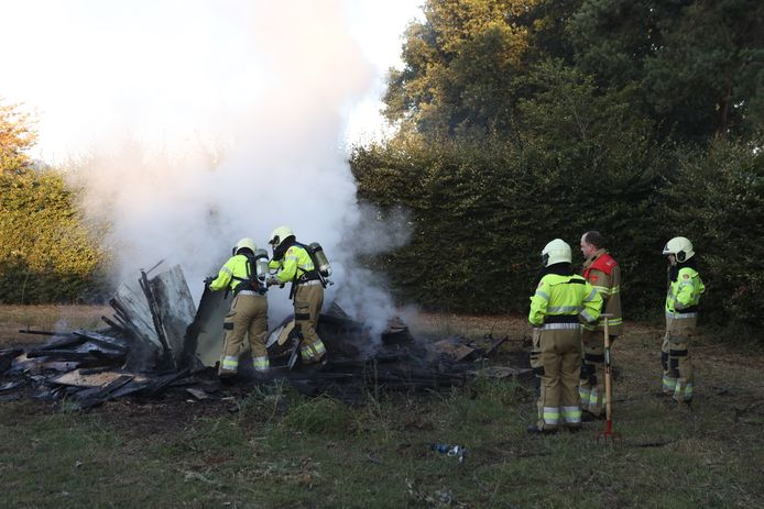 De brandweer heeft een flinke klus aan brandende berg met afval op een perceel aan de Vliegden in Sint-Oedenrode.