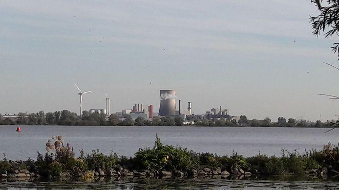 Zicht op industrieterrein Moerdijk en het Hollandsch Diep vanuit het Zuid-Holland, dat het West-Brabantse pleidooi voor scheepsbegeleiding ondersteunt.