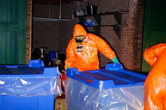 Opruimwerkzaamheden in een Eindhovense woonwijk, waar een drugslabatorium is gevonden.