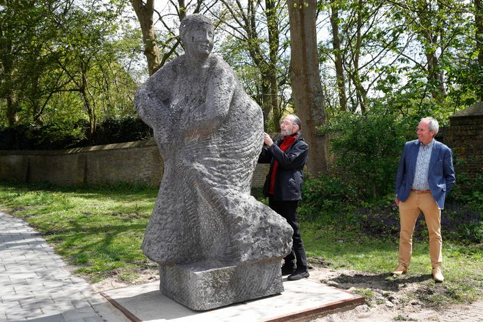 Kunstenaar Martien Hendriks ondertekent de overdracht van zijn 'dochter' Pedita. Marnix Trouwborst van het stichtingsbestuur kijkt toe.
