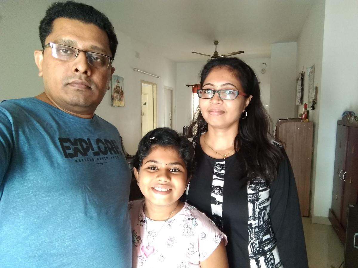 Syam Sunder op een eerdere gezinsselfie met zijn dochter en vrouw. Het gezin komt uit India en woont in Rotterdam-Zuid.
