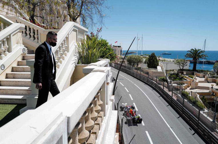 Mac Verstappen donderdag tijdens de eerste trainingssessie door de straten van Monaco,  Beeld AFP