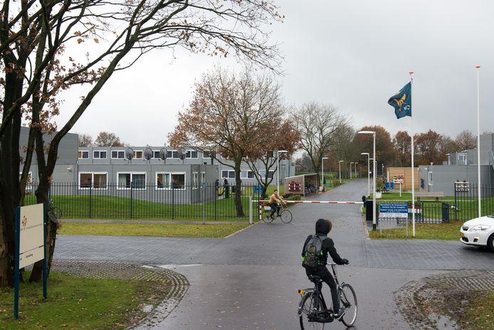 Het azc in Hardenberg, met plek voor 700 vluchtelingen. Een klein deel daarvan zorgt voor overlast in onder meer de buurt.