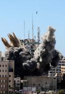 Het kantoor van de internationale media in Gaza tijdens de raketaanval.