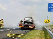 Sleepwagen en auto in brand op snelweg: 45 minuten vertraging bij Deventer