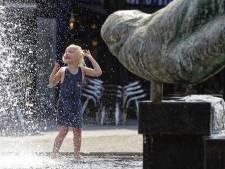 Fontein zorgt voor verkoeling op kinderspeelplaats in  Schijndel