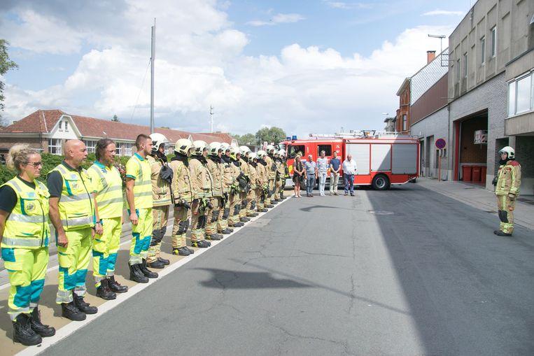 Enkele brandweermannen en ambulanciers stonden even stil bij de dramatische gebeurtenis.