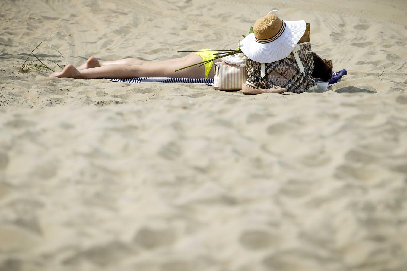 Zonnebaden op het strand.