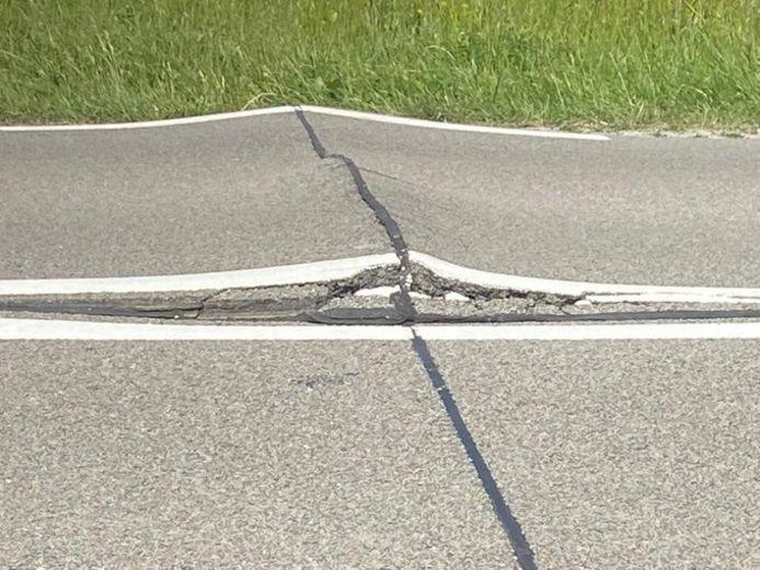 De weg bij Bruinisse is door de warmte en uitzetting 5 centimeter omhoog gekomen.