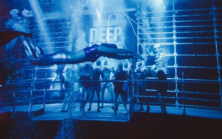 Een bekende bierproducent organiseert feestjes onder water, in een zwembad in Venetië. Beeld RV - DESPERADOS