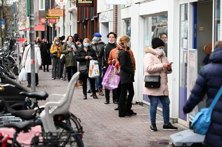 Winkelend publiek in de Kinkerstraat. Het kabinet bereidt een vergaande lockdown voor waarbij het de bedoeling is om tot en met 19 januari bijna alles te sluiten.  Beeld ANP
