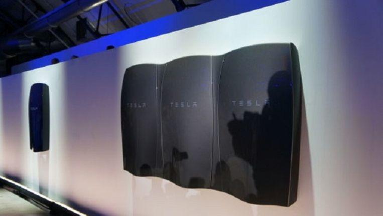 De Tesla Powerwall, ook verkrijgbaar in wit... Beeld Tesla