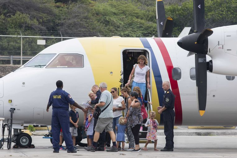 Geëvacueerden van Sint Maarten komen met een vliegtuig van de lokale kustwacht aan op Curacao. Sint Maarten is zwaar getroffen door orkaan Irma. Daar kwamen de zware windstoten en regenbuien van tropische storm Jose nog overheen.  Beeld ANP