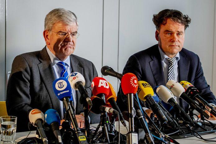 Burgemeester Jan van Zanen met hoofdofficier Rutger Jeuken van het Openbaar Ministerie (OM), na de tramaanslag vorig jaar.