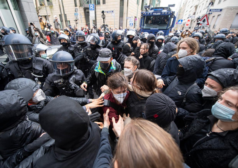 In Frankfurt betogen jongeren tegen de lockdown. Beeld Boris Roessler/dpa