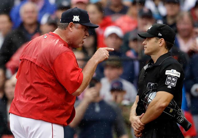 John Farrell (links) heeft het aan de stok met een umpire.