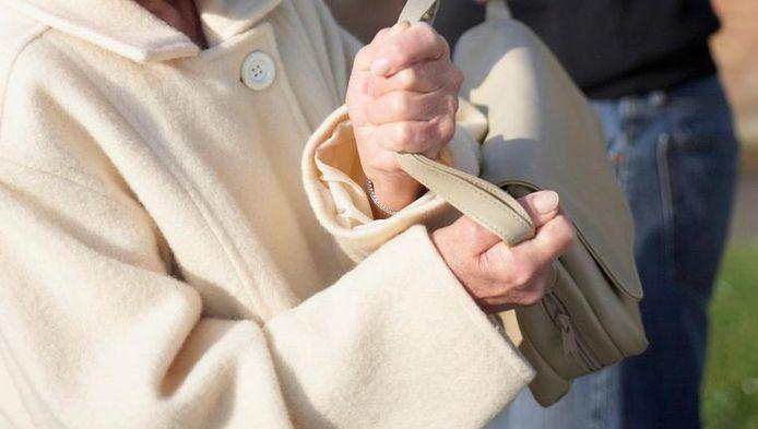 De vrouw werd langs achter omvergeduwd door de handtasdief.