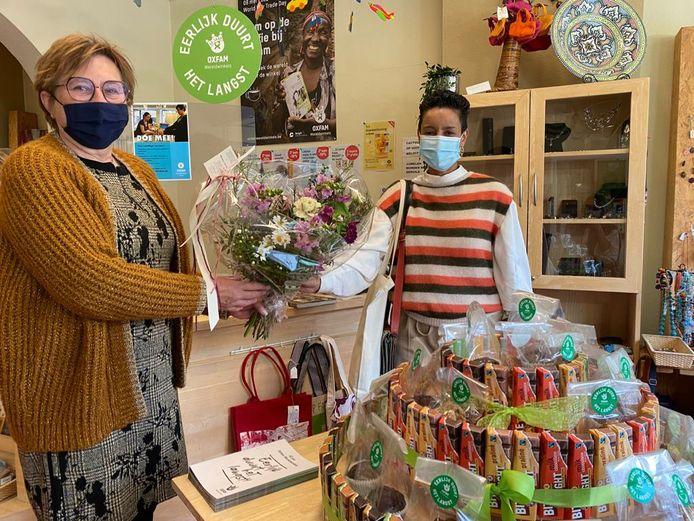 Minister Meryame Kitir zet Oxfam wereldwinkel in Genk in de bloemetjes.