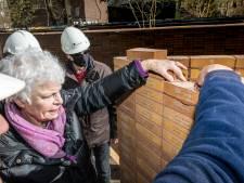 45 Baarnse oorlogsslachtoffers krijgen hun naam op een baksteen in enorm Amsterdams monument