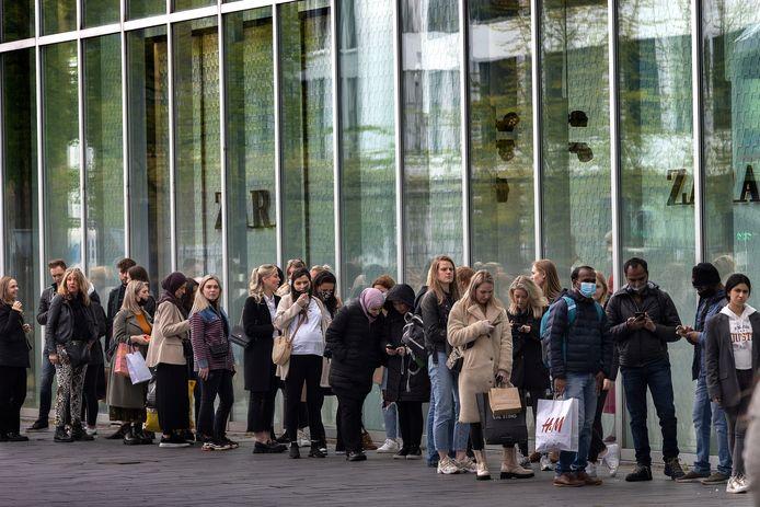 Drukte in de Eindhovense binnenstad nu er zonder afspraak gewinkeld kan worden. Hier de rij voor de Zara.