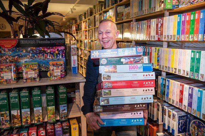 """Thuisvermaak genoeg in de Apeldoornse spellenwinkel De Wammus van Wim van Essen. ,,Vooral puzzels van Jan van Haasteren en het spel Virus worden veel verkocht."""""""