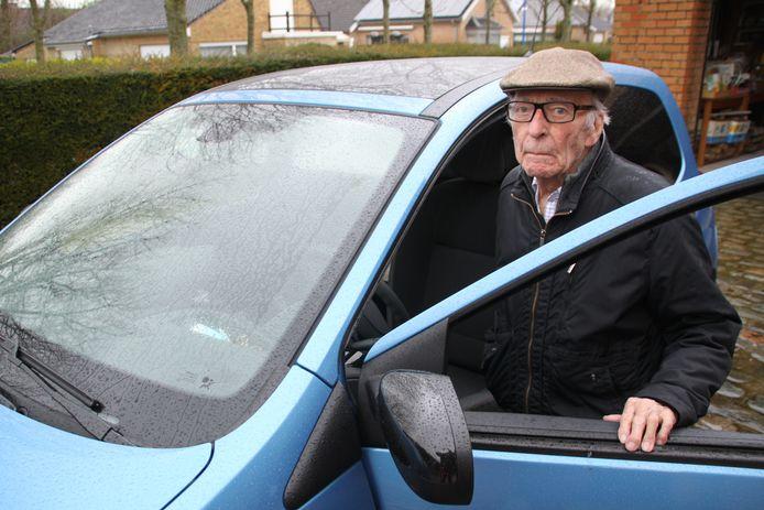 Zijn Renault Clio die hij in 2013 nieuw kocht schonk hij intussen aan zijn kleindochter.