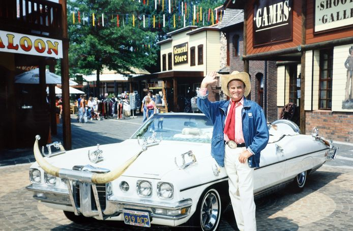 Bobbejaan Schoepen bij zijn legendarische Pontiac.