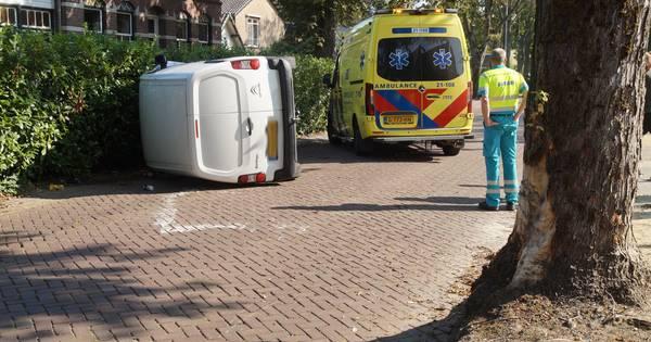 Bestelauto op zijn kant in Vlijmen na botsing tegen boom, bestuurder neemt de benen.