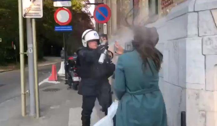 Cette scène a été abondamment partagée sur les réseaux sociaux ce week-end et a suscité de nombreux commentaires. On y voit une femme se faire asperger de gaz lacrymogène au visage par un policier, sous le regard choqué de plusieurs témoins.