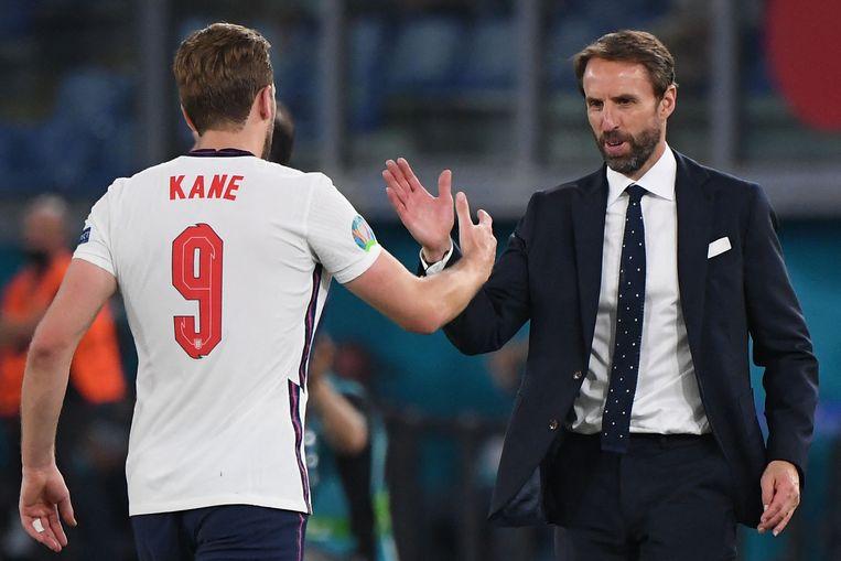 BondscoachGareth Southgate met sterspeler Harry Kane na de winst op Oekraïne in de kwartfinale. Beeld AFP