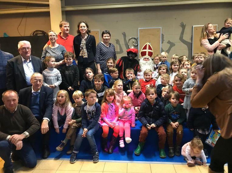 Sinterklaas en Zwarte Piet delen cadeautjes uit in Horebeke.