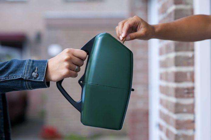 Een collectant met collectebus aan de deur.