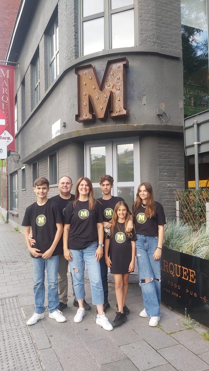 Ricardo en Alessandra Passarelli samen met hun vier kinderen, bij hun restaurant M Steaks & Burgers House