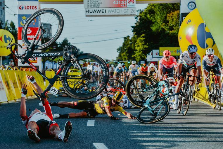 Dylan Groenewegen (midden) bracht Fabio Jakobsen zwaar ten val in de Ronde van Polen. 'Ik blijf erbij: dat ik van mijn lijn afweek was zeker niet goed, maar ik deed het niet bewust.' Beeld AFP