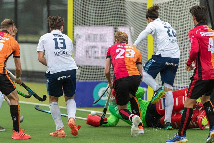 HC Tilburg (in het wit) verloor van de provinciegenoten Oranje-Rood.