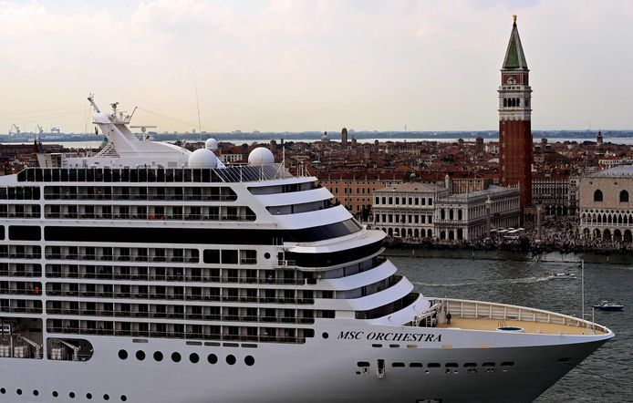 De MSC Orchestra vaart pal langs Venetië. Het pittoreske plaatsje in Italië verbiedt de grote cruiseschepen vanaf 1 augustus om aan te meren in het centrum.
