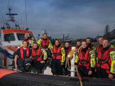 Opvarenden van brandende boot in Ketelmeer gered