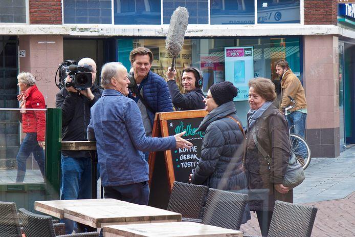 Het tv-programma Geloof en een hoop liefde besteedde in 2017 aandacht aan een project van uitgever George Diepenmaat uit Dieren. Het is een samenwerkingsverband tussen de uitgeverij en de Zutphense instellingen De Bovenkamer en het Odensehuis. Hier een foto van de opnamen die de EO destijds maakte.