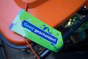 In Nijverdal krijgen inwoners die keurig hun PMD-afval scheiden een groene kaart. Voor de minder zorgvuldige inzamelaars is er een oranje waarschuwing.