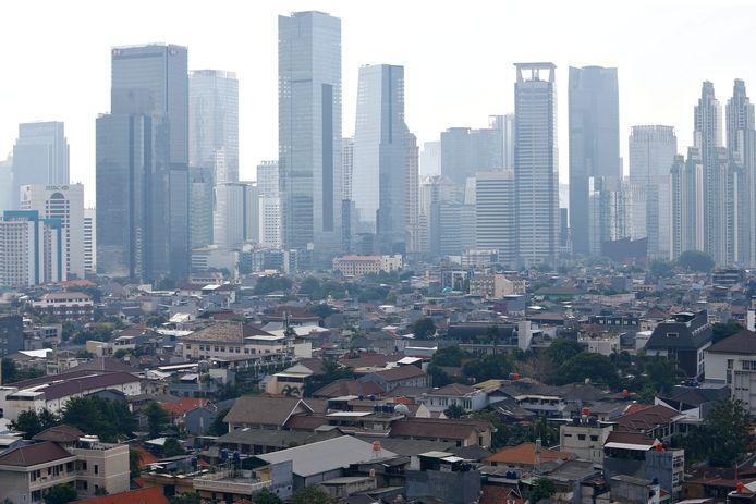 Een algemeen beeld van bedrijfsgebouwen door smog omvat in Jakarta, Indonesië.