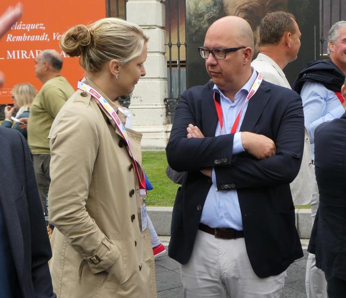 Burgemeester Mikkers van Den Bosch in gesprek met gedeputeerde Marianne van der Sloot bij het Prado in Madrid.